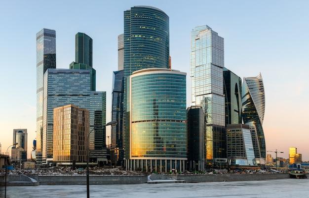 Arranha-céus do centro de negócios da cidade de moscou à noite.