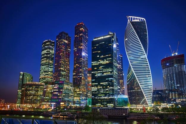 Arranha-céus do centro de negócios da cidade de moscou em moscou à noite, na rússia. centro urbano iluminado da cidade. arquitetura e marco de moscou