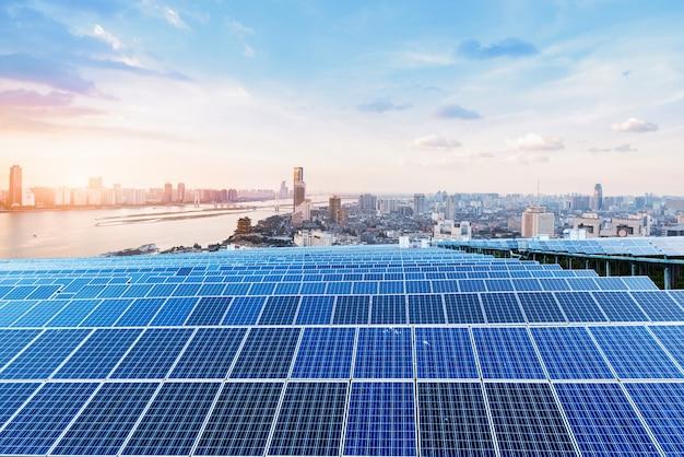Arranha-céus e painéis solares, paisagem da cidade de china nanchang.