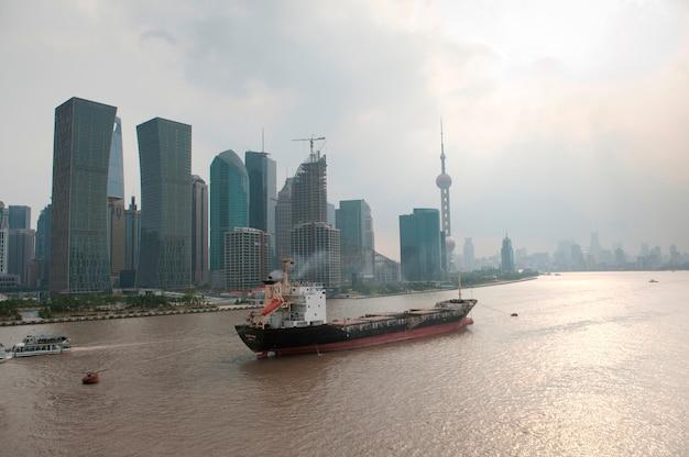 Arranha-céus, em, a, waterfront, rio huangpu, pudong, shanghai, china