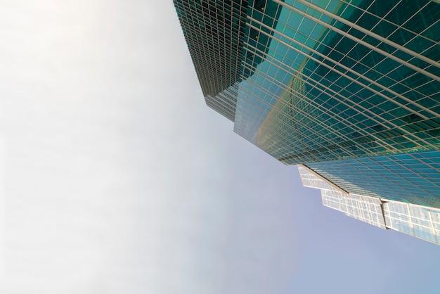 Arranha-céus modernos - arranha-céus na cidade de baixo. vista de baixo.