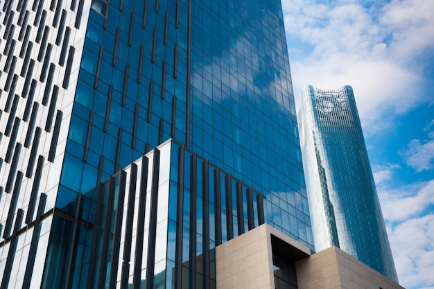 Arranha-céus modernos do negócio, prédios, arquitetura que levanta para o céu, sol. conceitos de finanças, economia, futuro etc.