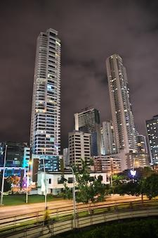 Arranha-céus na orla marítima da cidade do panamá à noite