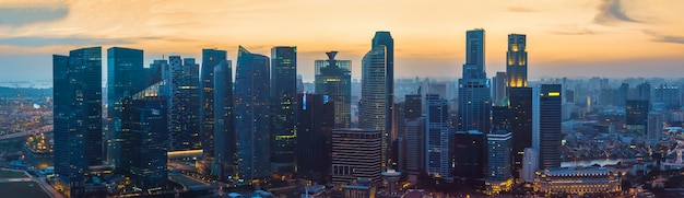 Arranha-céus no centro de singapura ao pôr do sol