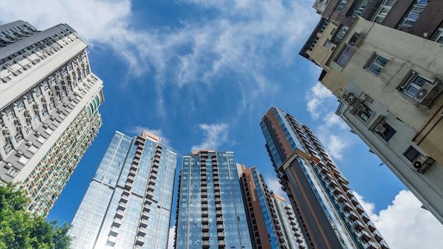 Arranha-céus sob um céu nublado, hong kong.