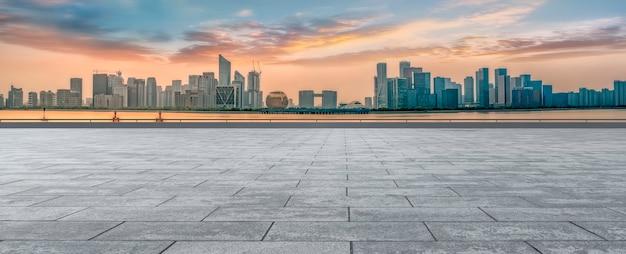 Arranha-céus urbanos com ladrilhos quadrados vazios