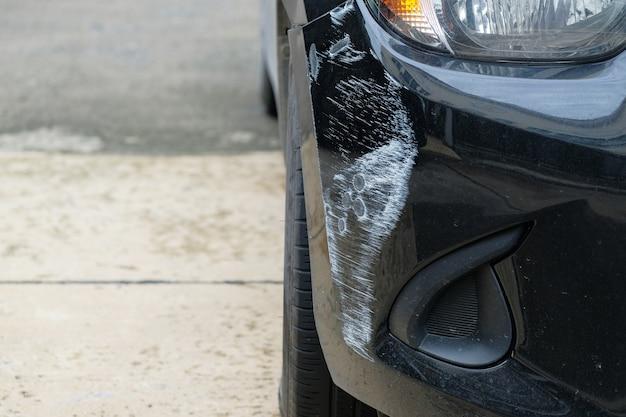 Arranhão do carro no amortecedor dianteiro do acidente de viação.