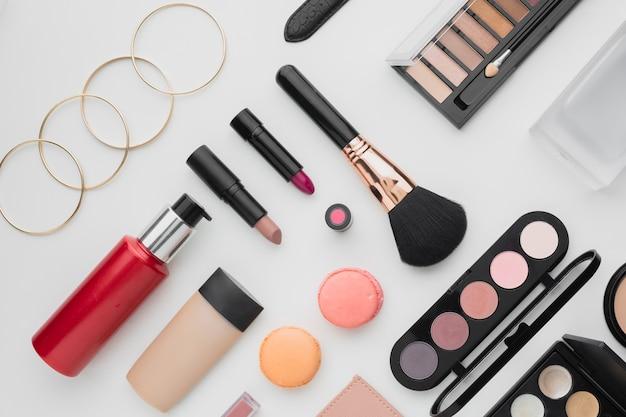 Arranjo acima da vista com diferentes produtos de maquiagem