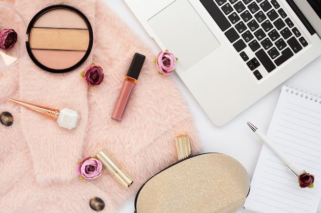 Arranjo acima da vista com itens de maquiagem e laptop