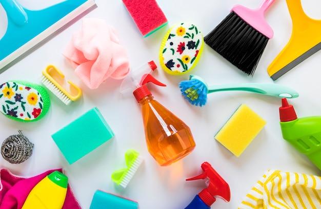 Arranjo acima da vista com soluções e panos de limpeza
