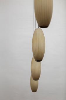 Arranjo artístico de lâmpadas