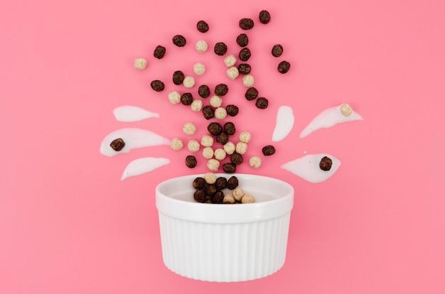 Arranjo bonito dos desenhos animados com leite e cereais de chocolate
