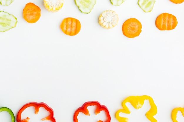 Arranjo colorido de vegetais com espaço de cópia