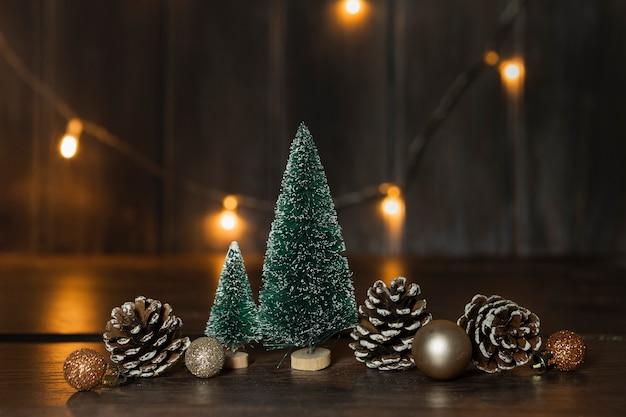 Arranjo com árvores de natal e luzes