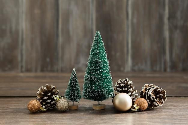 Arranjo com árvores de natal e pinhas