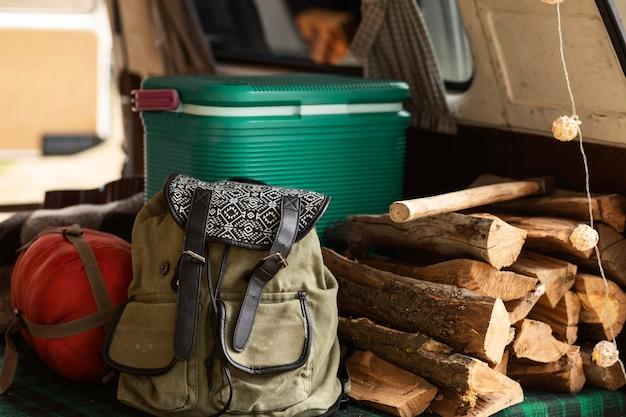 Arranjo com bagagens e madeira