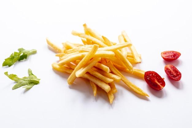 Arranjo com batatas fritas e tomates em fundo branco