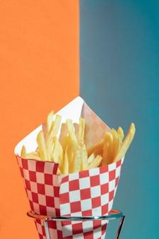 Arranjo com batatas fritas em stand