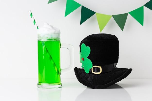 Arranjo com bebida e chapéu