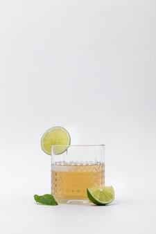 Arranjo com bebidas com fatias de limão