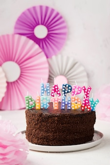 Arranjo com bolo de chocolate e velas de aniversário