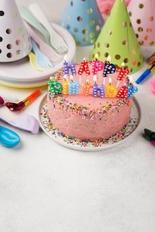 Arranjo com bolo rosa para festa de aniversário
