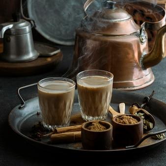 Arranjo com bule de chá e chá quente