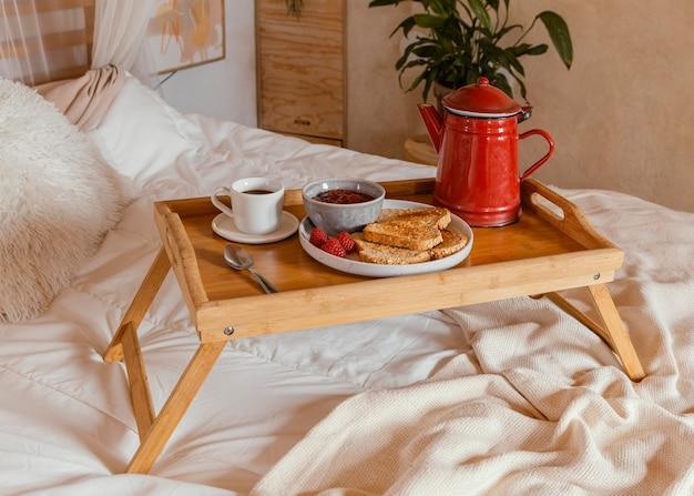 Arranjo com café da manhã na cama