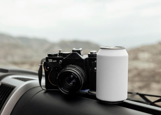 Arranjo com câmera e lata no carro