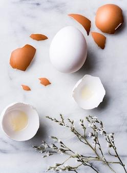 Arranjo com cascas de ovos e flores