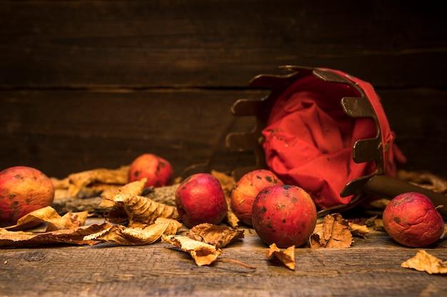 Arranjo com cesta e maçãs vermelhas