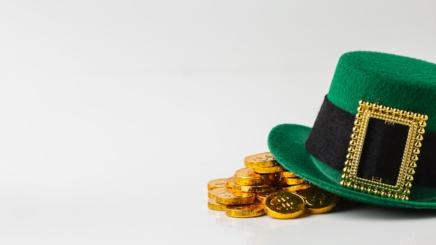 Arranjo com chapéu e moedas de duende