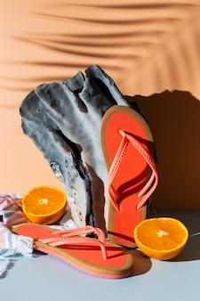 Arranjo com chinelos e rodelas de laranja