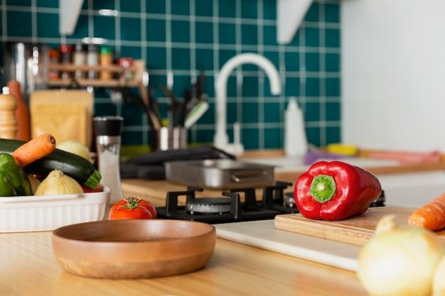Arranjo com comida na cozinha