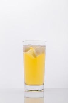 Arranjo com copo de bebida e cubos de gelo