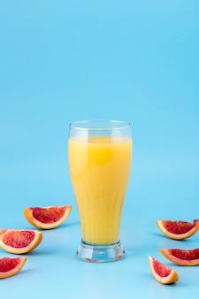 Arranjo com copo de suco de laranja