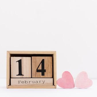 Arranjo com data de 14 de fevereiro e formas de coração