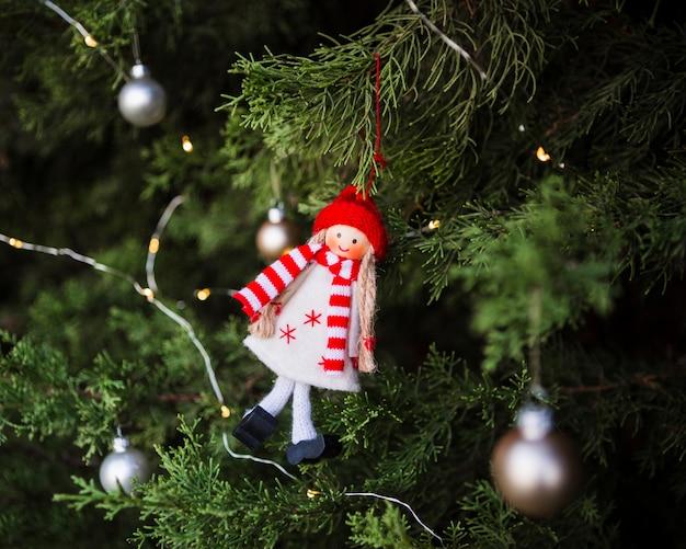 Arranjo com decoração de árvore de natal em forma de menina