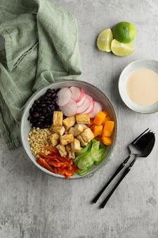 Arranjo com deliciosa refeição vegana