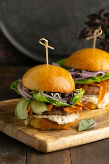 Arranjo com delicioso hambúrguer vegano