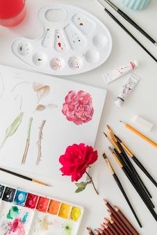 Arranjo com desenho e flor