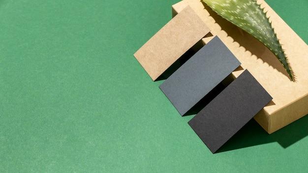 Arranjo com elementos de papelaria com folha