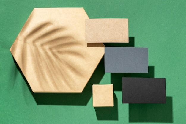 Arranjo com elementos de papelaria com sombra de folha