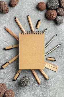 Arranjo com elementos de papelaria e bloco de notas