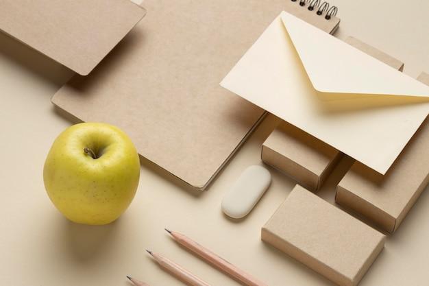 Arranjo com elementos de papelaria e frutas