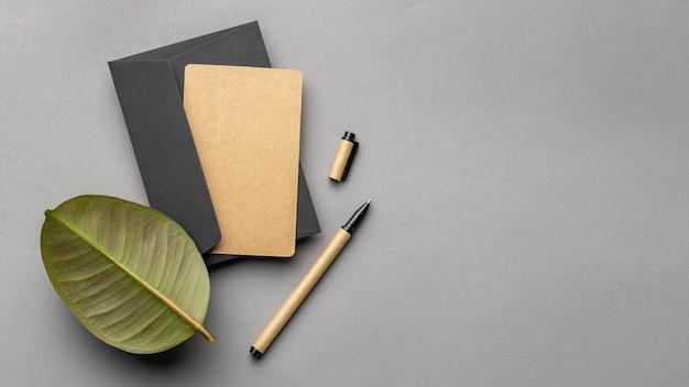 Arranjo com elementos de papelaria em fundo cinza
