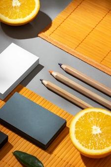 Arranjo com elementos de papelaria em laranja
