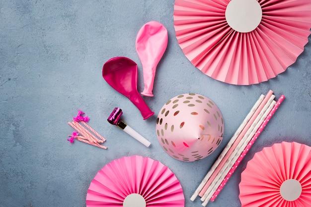 Arranjo com enfeites de festa rosa