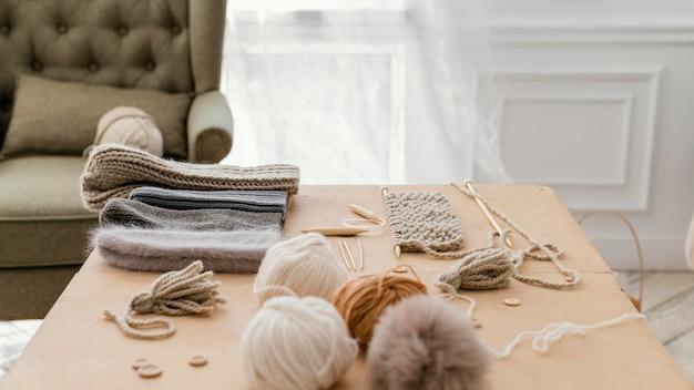 Arranjo com ferramentas de tricô dentro de casa