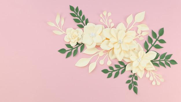 Arranjo com flores amarelas e fundo rosa